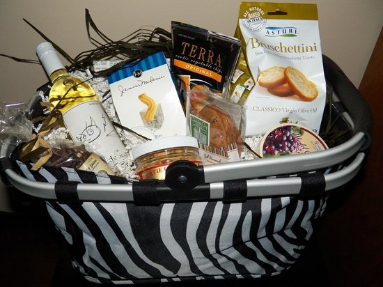 Fig Street Inn: Add a gift basket with treats from Gull Hummock Gourmet Market.