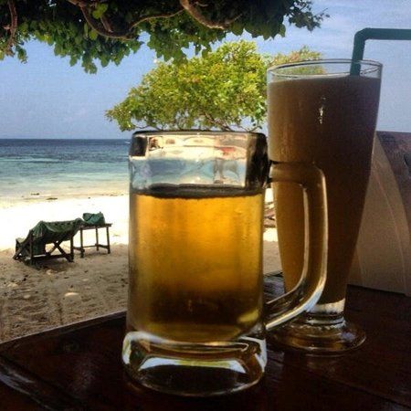 Phi Phi Relax Beach Resort: Disfrutando en el bar