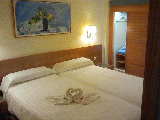 Slaapkamer Met Kledingkast : Slaapkamer met verlichte kledingkast foto van aparthotel