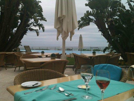 Hotel Cascais Miragem : Vue sur une partie de la piscine