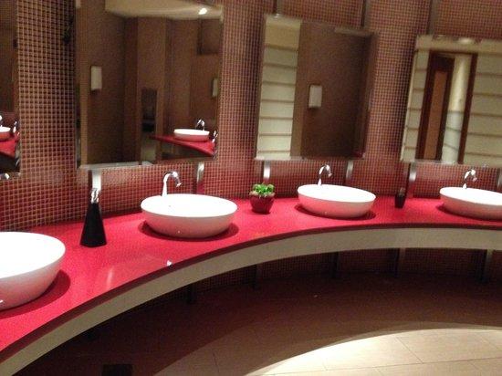 Resorts World Sentosa - Festive Hotel: well kept bathroom next 2 checkin