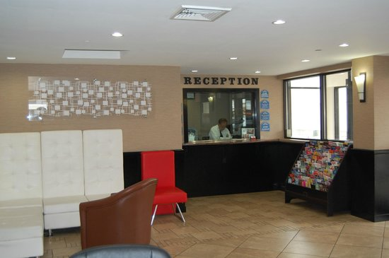 Howard Johnson Inn Queens: Lobby und Rezeption