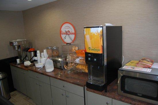 Howard Johnson Inn Queens: Frühstücksbuffet