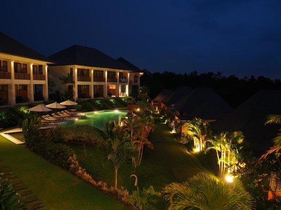 Sahaja Sawah Resort: Evening view to the rooms from the restaurant terrace