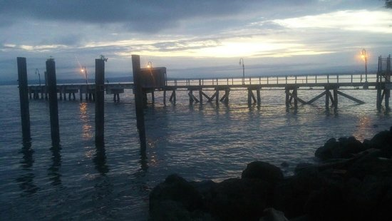 Silver Cloud Inn Mukilteo – Waterfront: Sunset over the pier next door to the hotel