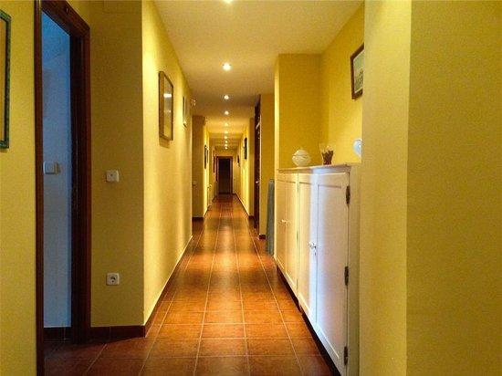 Josein: Pasillo de habitaciones, a la izquierda con vistas al mar