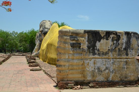 Temple of the Reclining Buddha (Wat Lokayasutharam) : 足裏からのポーズ(ワット・ポー風に)
