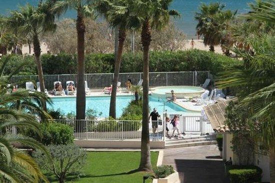 vue de l ascenseur panoramique piscine et plage photo de mercure thalassa port frejus fr 233 jus