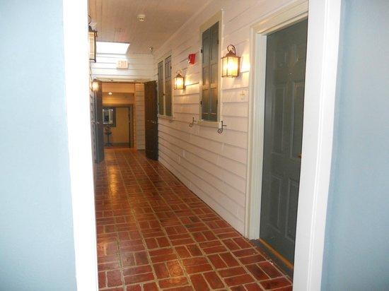 Fife & Drum Inn: Hallway