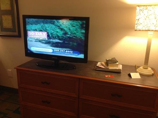La Quinta Inn & Suites Greensboro: flat screen. nice.