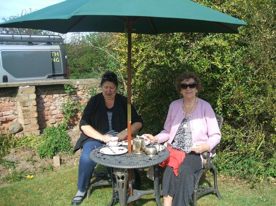 Wheatsheaf House Bed and Breakfast: Cream Teas on The front Lawn