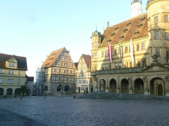 Hotel Goldenes Lamm: View from outside restaurant of Rothenberg's main square