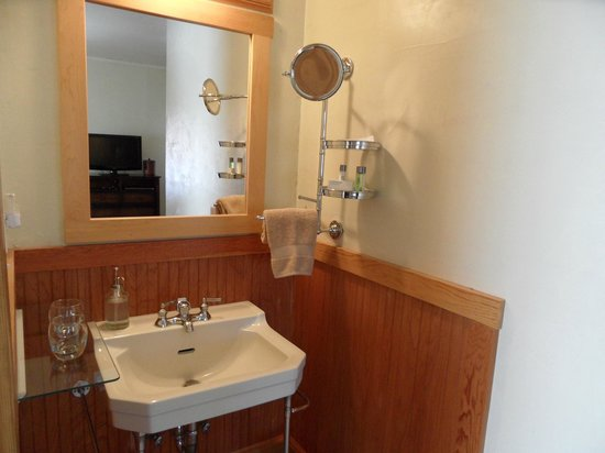 Volcano Union Inn + Pub: Limon -Room #4 sink area is seprate from the bathroom