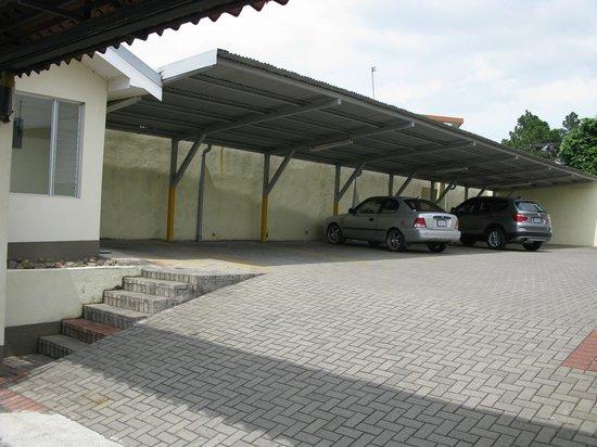 Apartotel  La Perla: Parqueo Privado / Private Parking