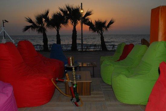 Sunday Beach Hotel: cafe gün batışı