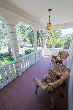 Acacia Mansion : Lavender balcony
