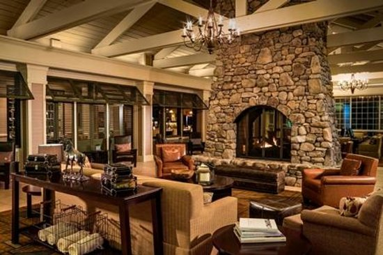 DoubleTree by Hilton Hotel Raleigh-Durham Airport at Research Triangle Park: Lobby Fireplace