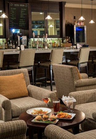 DoubleTree by Hilton Hotel Raleigh-Durham Airport at Research Triangle Park: Bar Area 2