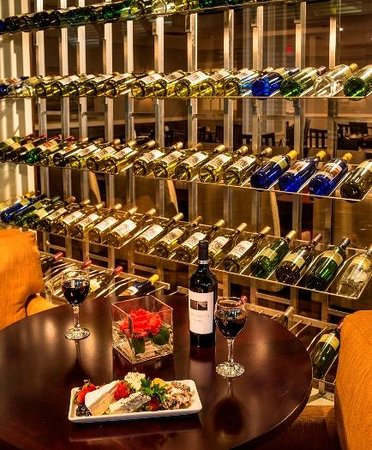 DoubleTree by Hilton Hotel Raleigh-Durham Airport at Research Triangle Park: Wine Wall in Restaurant