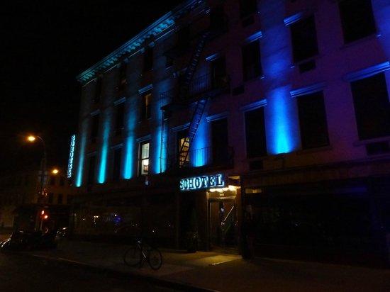 Sohotel: Facade de l'hotel, de nuit