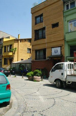 Poem Hotel Istanbul: Het gele gebouw is het hotel. Ertussen ligt de ontbijtzaal.