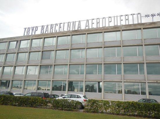 Tryp Barcelona Aeropuerto Hotel: Desde la avenida principal