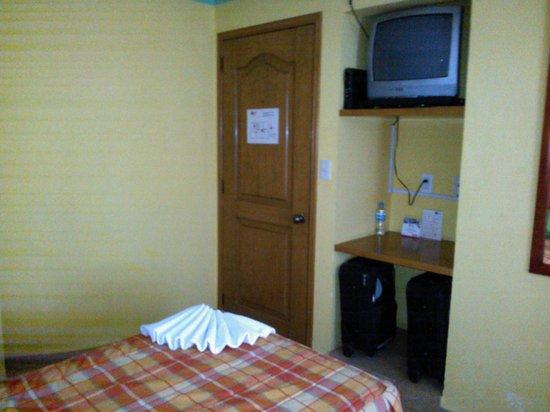 Asi Es Mexico Hosteria : habitación con 2 camas individuales y tv