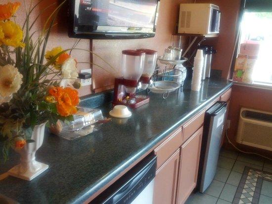 Americas Best Value Inn / East Albuquerque : And he-e-e-e-r-r-e's breakfast.