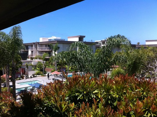 Oakwood Apartments Marina Del Rey: Pool area and other accommodation buildings