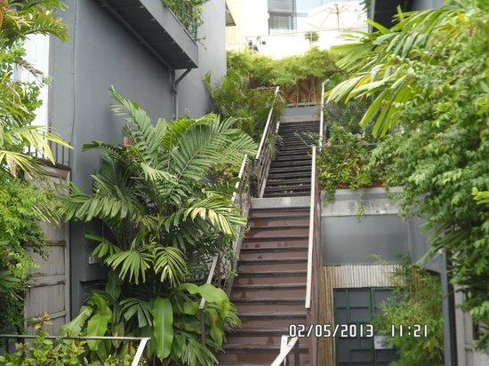 IndoChine Resort & Villas: совершенно небольшие лестницы)
