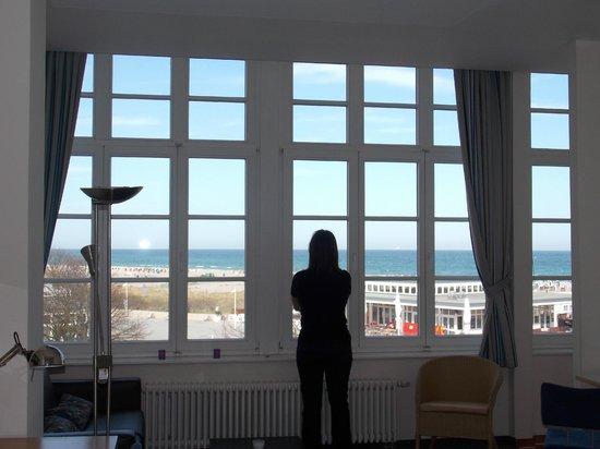 Hotel Am Leuchtturm: große Fensterfront mit Meerblick