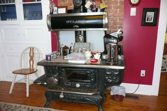 Applewood Inn: Old Kitchen Stove   Coffee/tea And Home Made Treats