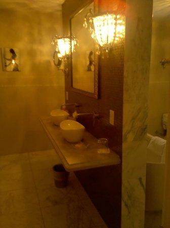 Inn BoonsBoro: Penthouse Bathroom