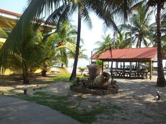 Honduras Shores Plantation: restaurant area front of beach