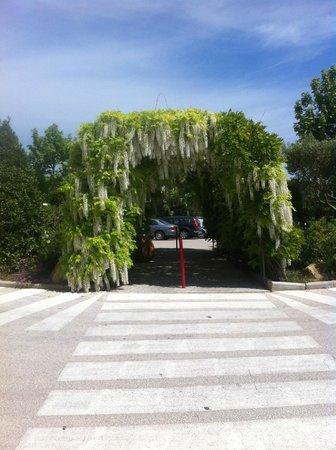 Dolce Fregate Provence: Entrée du parking