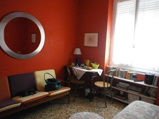 B&B Il Ghiro: parete di fronte al letto con tavolino in angolo