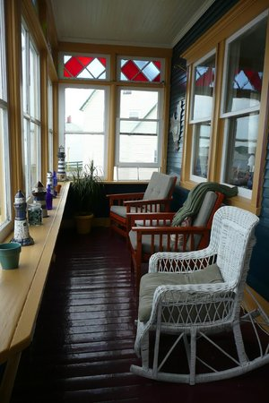 The Thorndyke Bed and Breakfast: Front Covered Porch great for relaxing