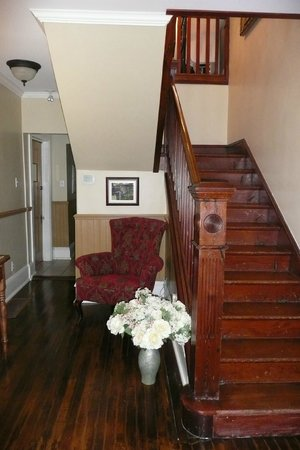 Sophia's Heritage Inn: Staircase up stairs - very nicely maintained