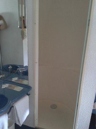 Hostal Ibis Budget Granada: Cabina de ducha (en habitación)