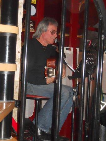 Les Menestrels: Le patron et sa guitare