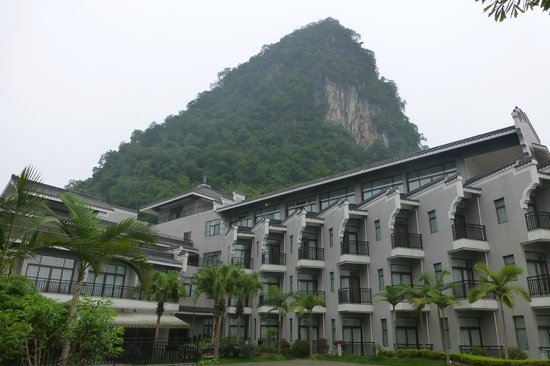 Green Lotus Hotel: Hotel on the river and under the mountains