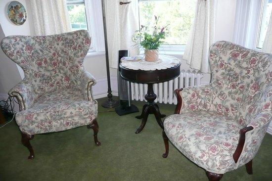The Roses Heritage Inn: Safe Harbor Room sitting area - large room