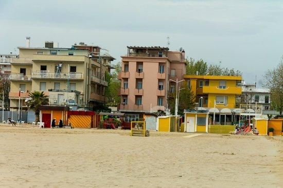 Hotel Bel Air: Вид с пляжа.