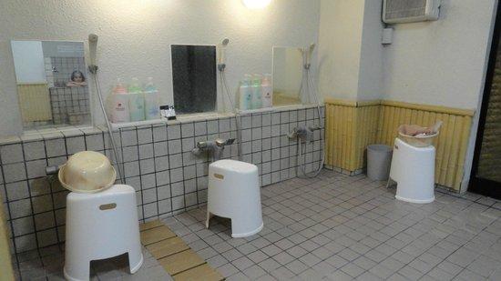 Hotel Edoya: zona de duchas onsen