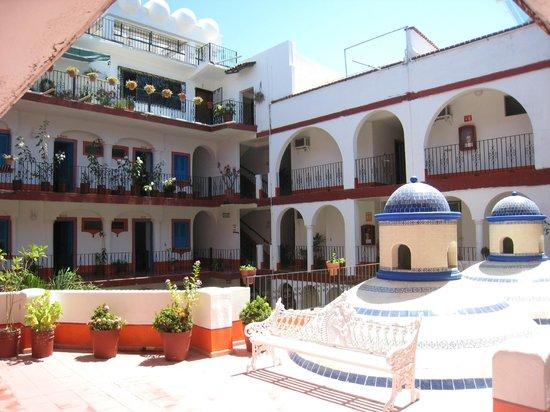 Encino Hotel: inside courtyard
