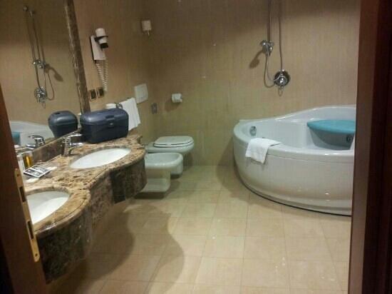 Grand Hotel Vanvitelli: bagno suite
