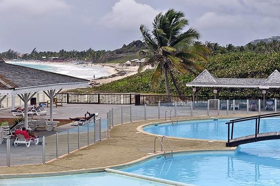 Mount Vernon Beach Resort: Orient Beach and the pool area at Mount Vernon