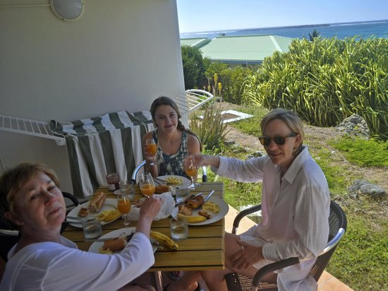 Mount Vernon Beach Resort: Breakfast on the patio, ready for the beach