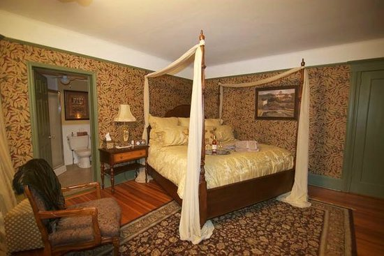 Pine Bush House Bed & Breakfast: Chardonnay Suite