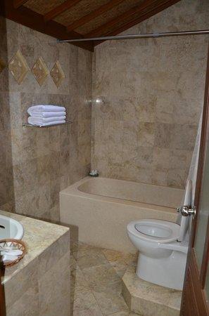 Lumbung Sari Cottages: Badezimmer